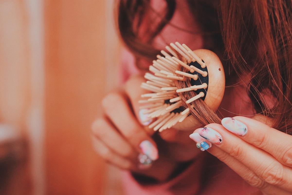 髪の毛の絡まりをブラシでとく