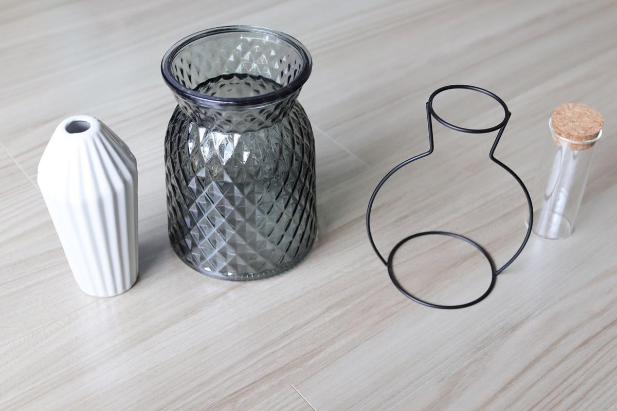 陶器・ガラス・ワイヤー素材の100均花瓶を並べて