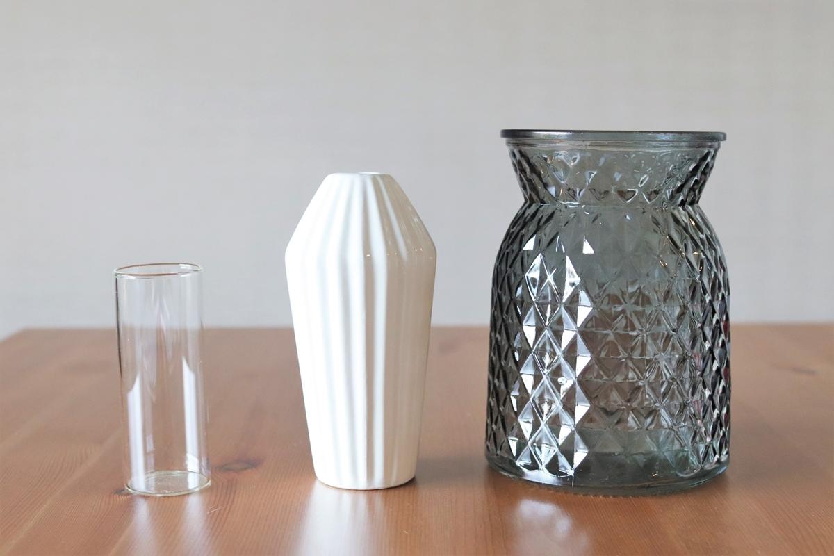 筒型・つぼ型・ラッパ型の100均花瓶を並べて