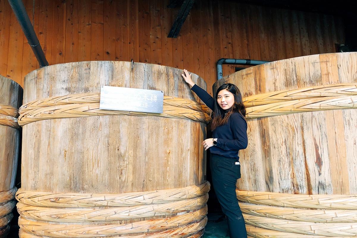 梅干し樽と女性