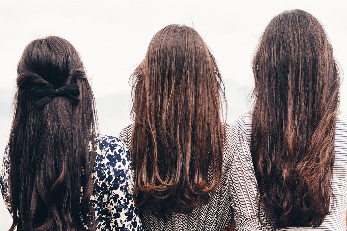 ロングヘアーの女性三人の後ろ姿