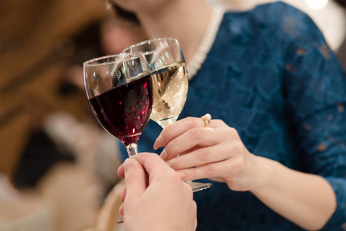 お酒を乾杯する女性たち