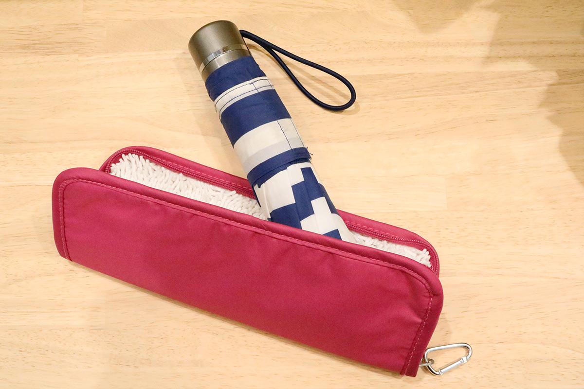 折り畳み傘カバーに傘を入れているところ