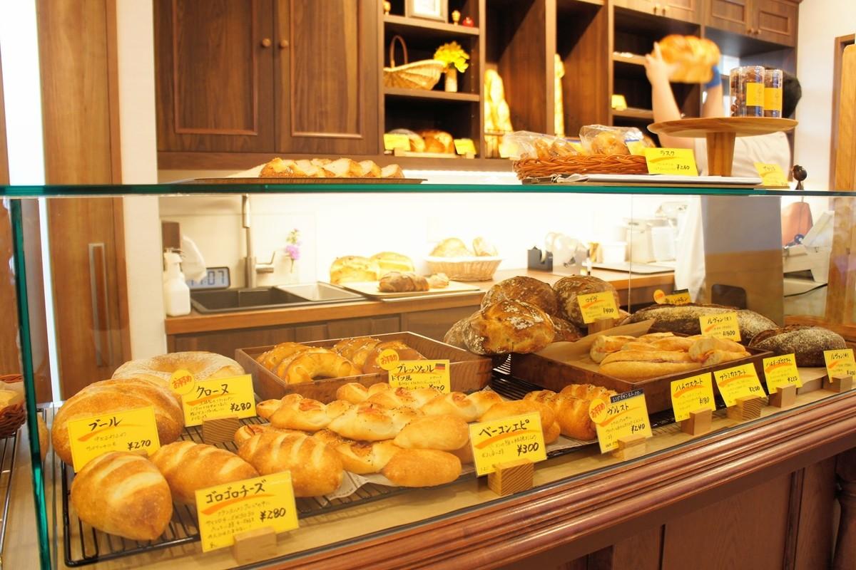 ハード系のパンが並ぶショーケース