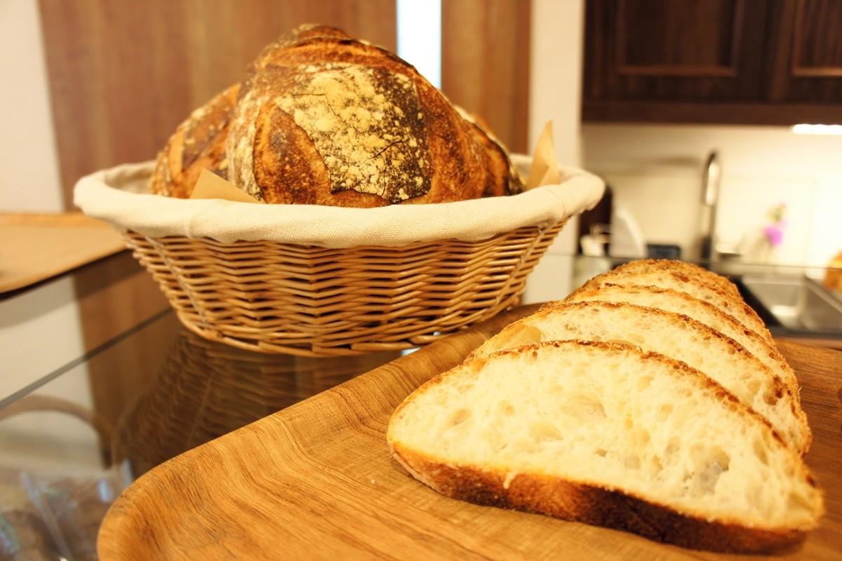 かごに入ったパンとスライスしたパン