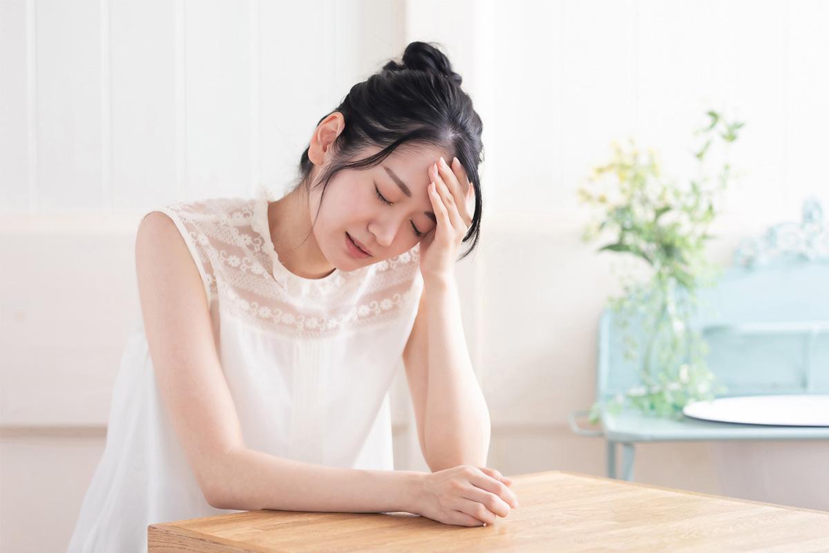 【生理前に頭が痛い】PMSによる頭痛を改善する簡単な方法を薬剤師が紹介