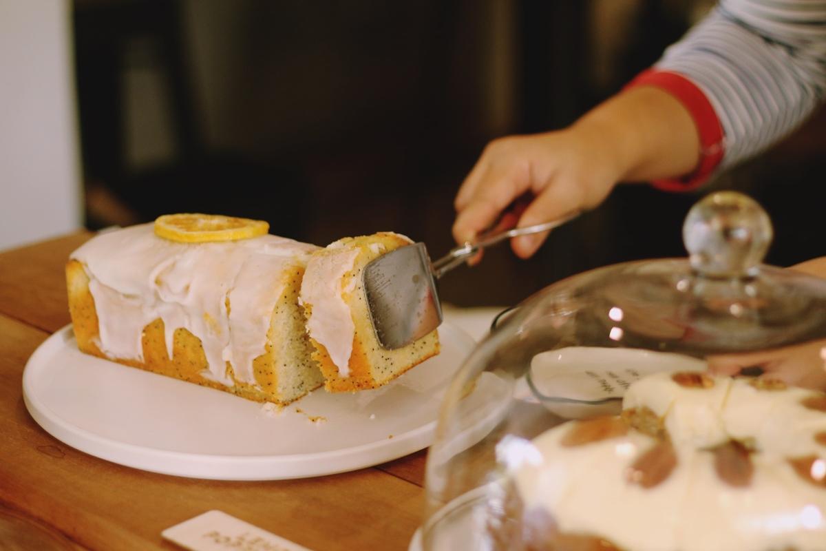 カットされたレモンのパウンドケーキ