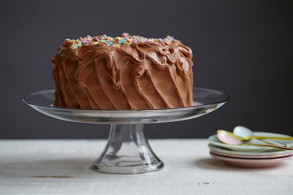 ホールのチョコレートケーキ