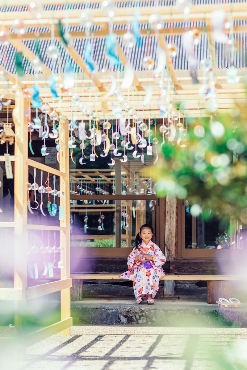 法隆寺東光院の風鈴と浴衣の女の子