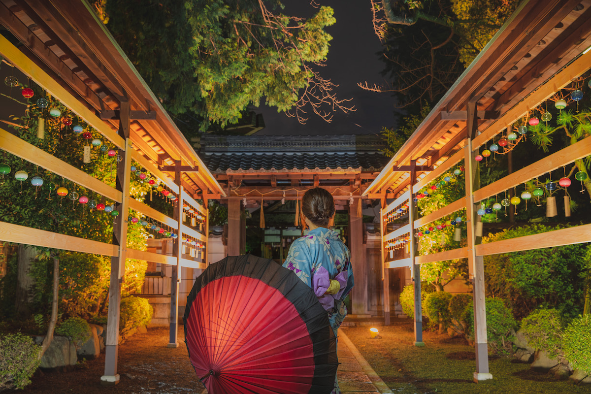 夜の和田神社の風鈴と浴衣の女性