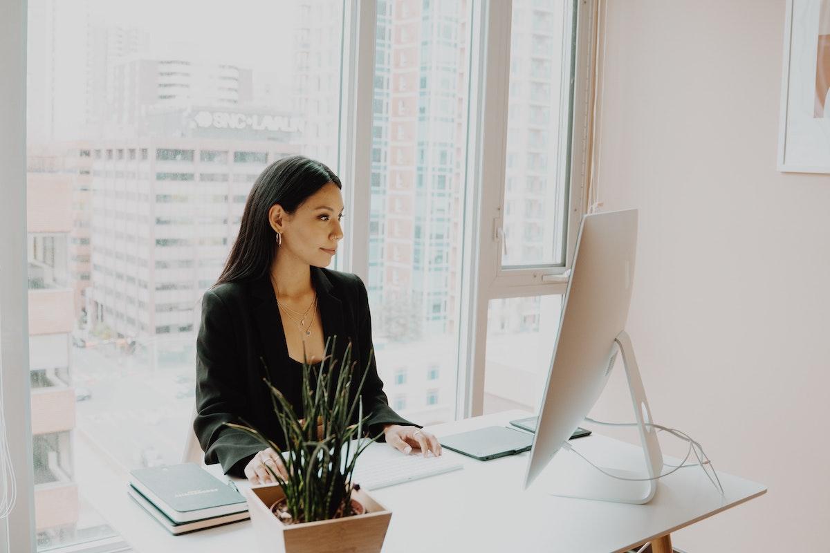 仕事に集中する女性