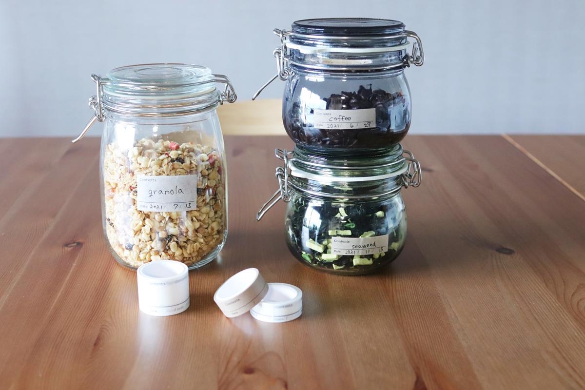 食品の保存容器に賞味期限を書いたマスキングテープを貼る