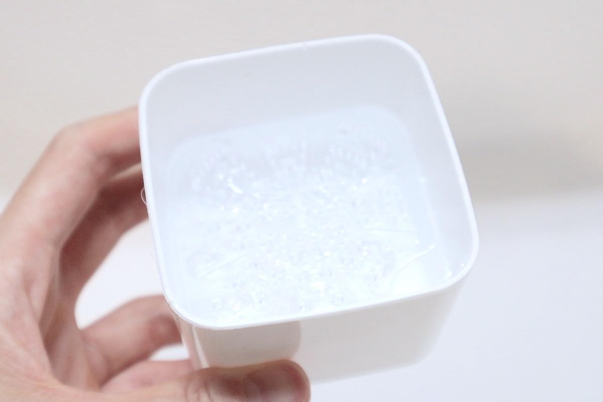 セリア「ブラシクリーナースタンド」にぬるま湯を入れる