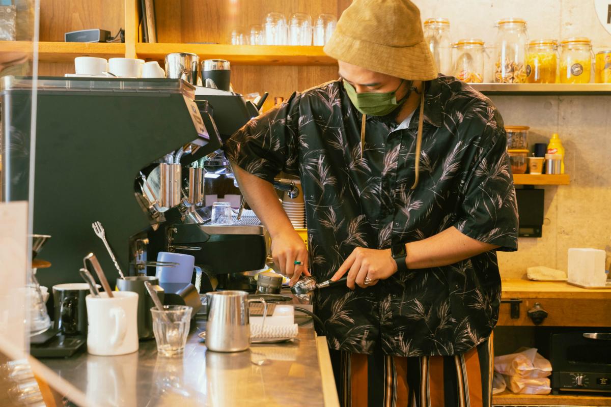 バリスタがコーヒーを淹れる