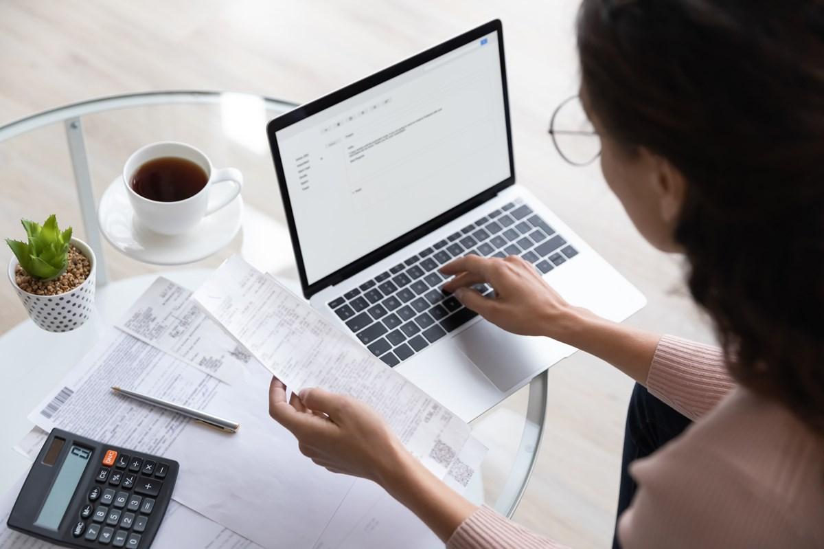 パソコンで家計管理をする女性