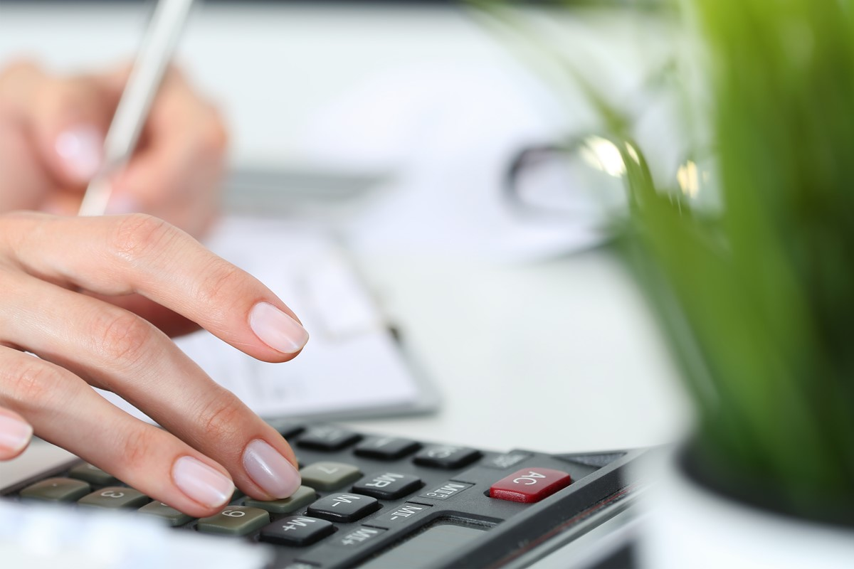 電卓で家計管理をする女性