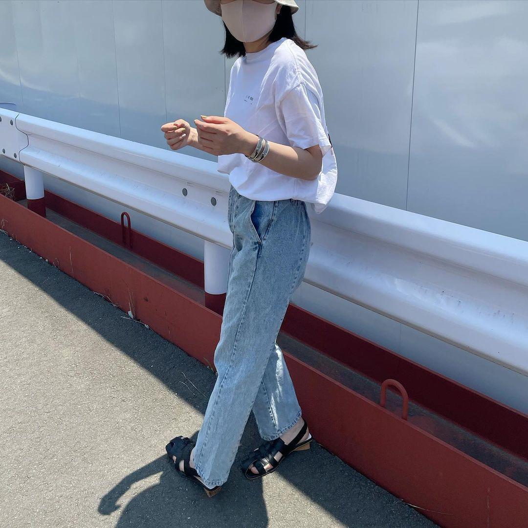 白Tシャツの定番ハイウエストデニムパンツコーデ