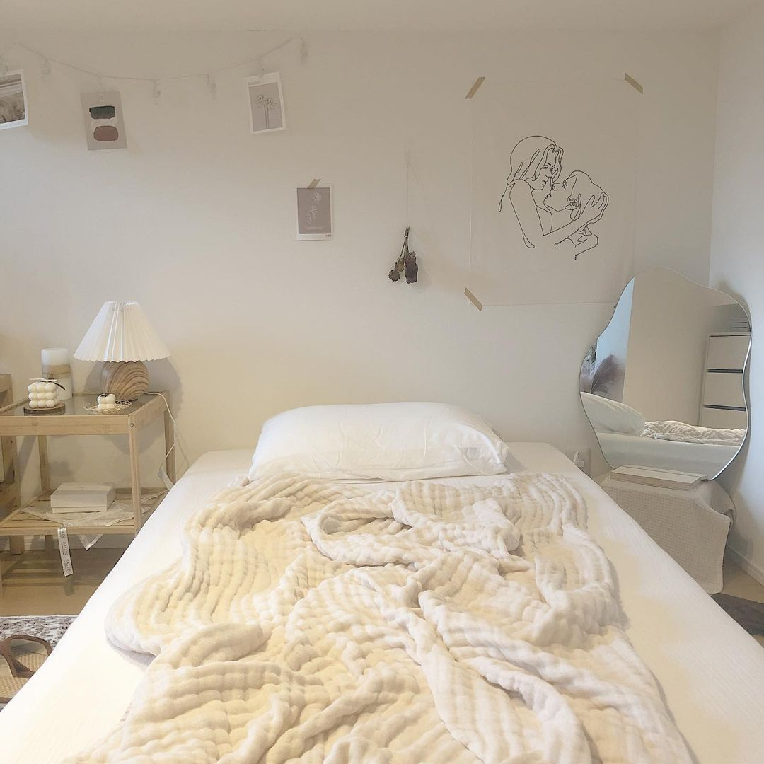 ファブリックポスターを飾ったベッドルーム