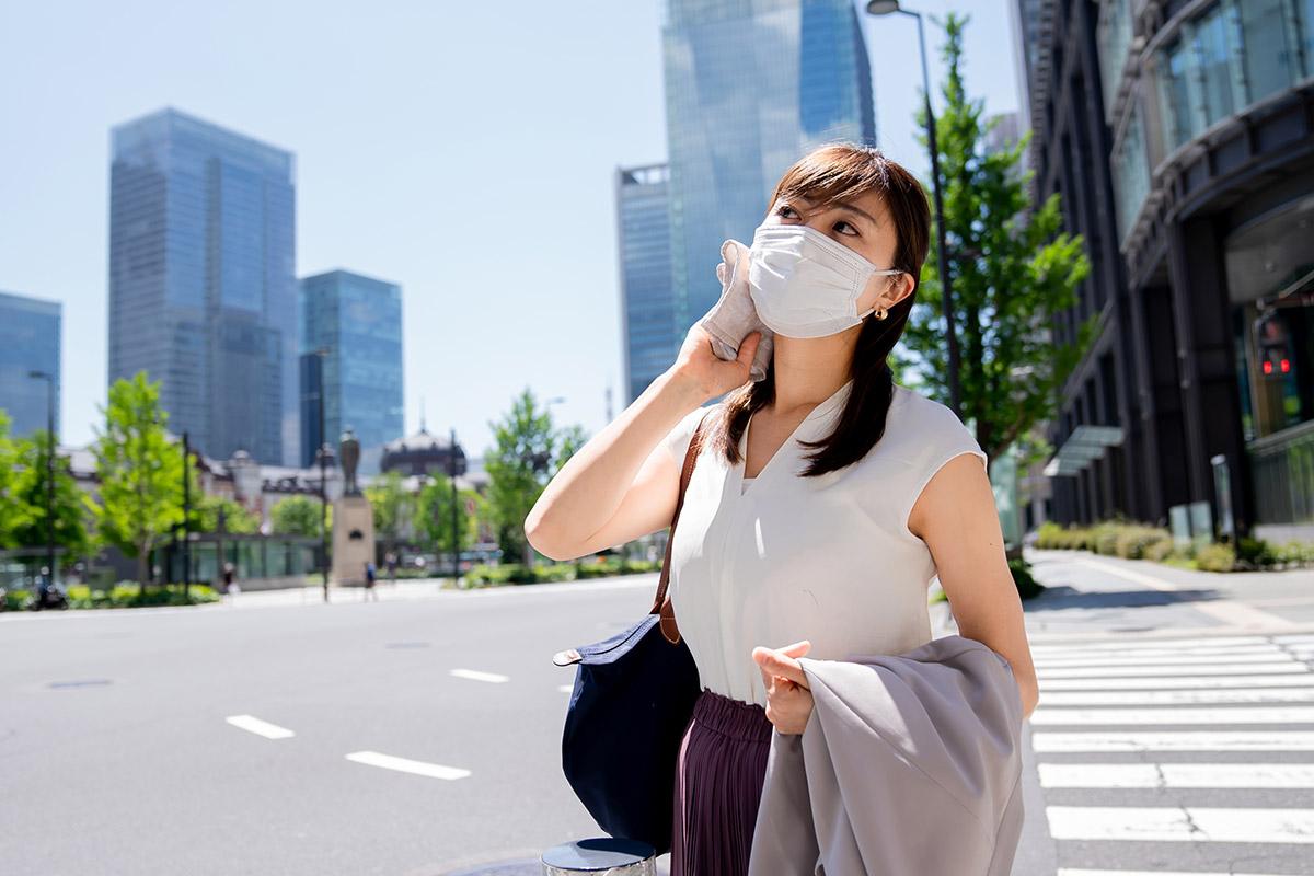 夏にマスクする女性