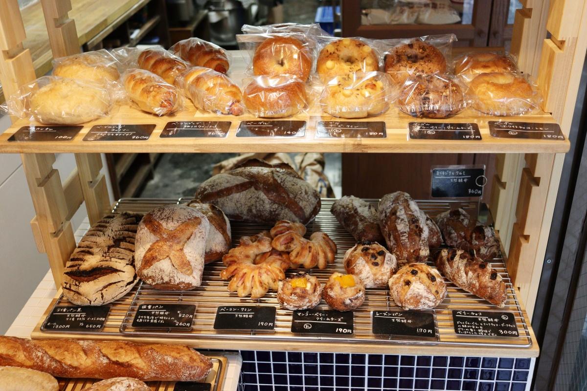 カウンターに並ぶパン