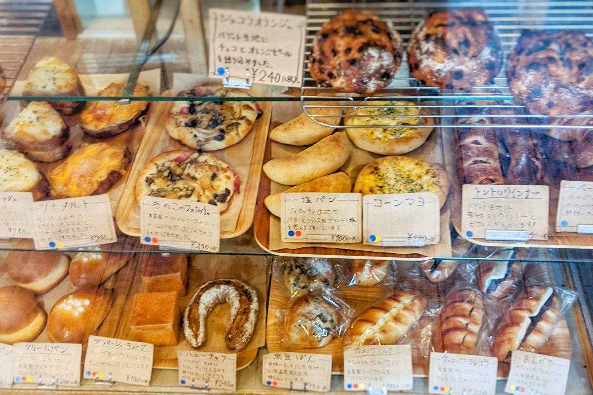 hushbakeryショーケースに並ぶパン