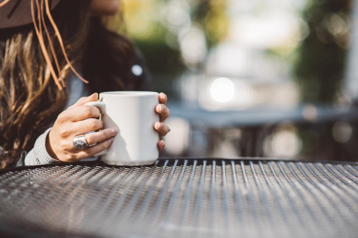 コーヒーを味わう女性