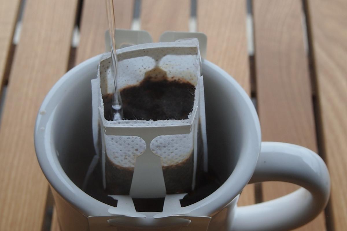 ドリップバッグでコーヒーをいれる様子