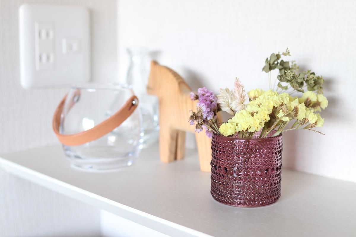 ドライフラワーを飾ったナチュラルキッチンのガラスカップ