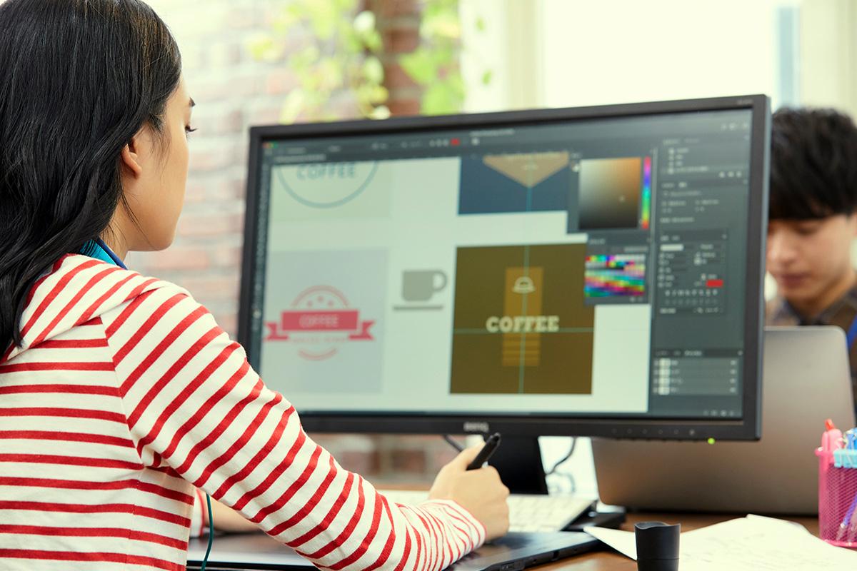 webデザインを学ぶ女性