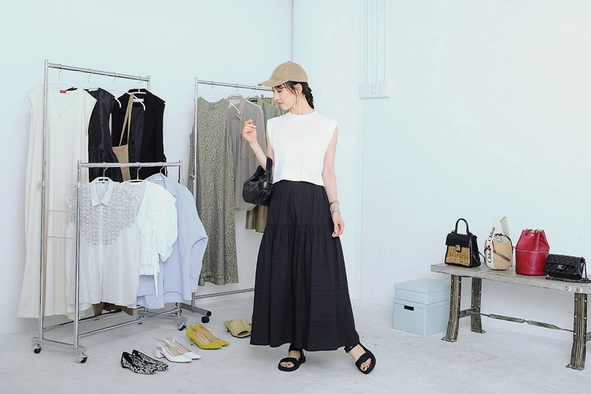 黒のロングスカートとノースリーブのコーデ