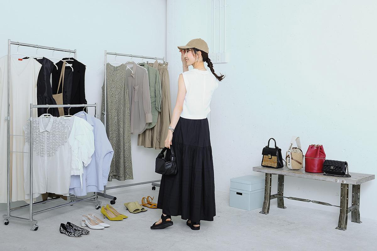 黒のロングスカートとキャップのカジュアルコーデ