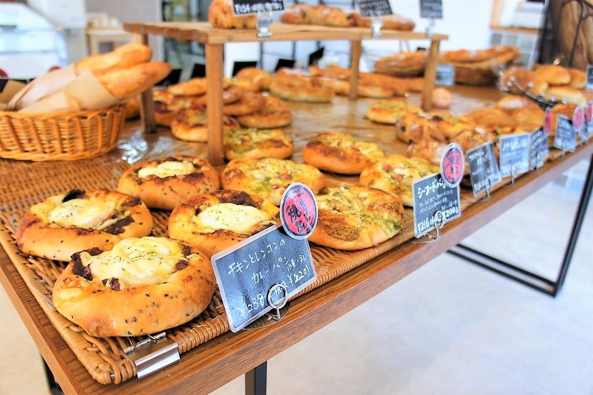 カレーパンなどの総菜系のハードパンが並ぶ