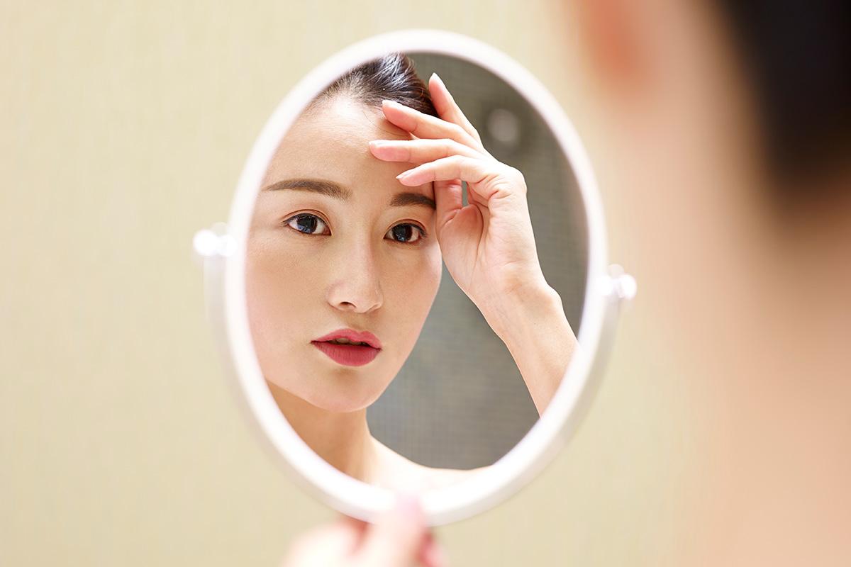 眉毛をきにする女性