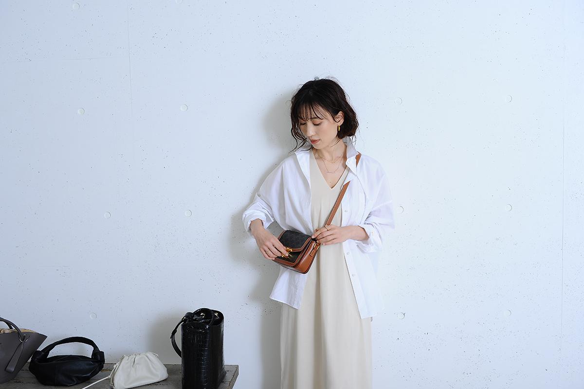 ワンピースに白シャツをコーデしたモデル