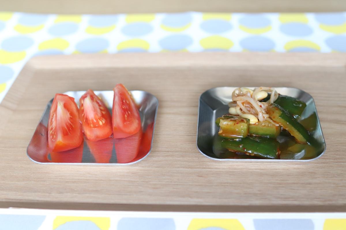 燕の薬味小皿に盛ったキムチとトマト