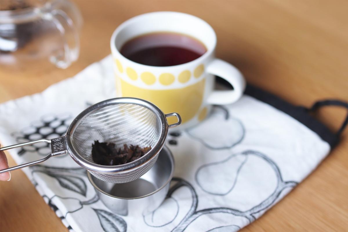 茶葉を受けた燕の茶こし