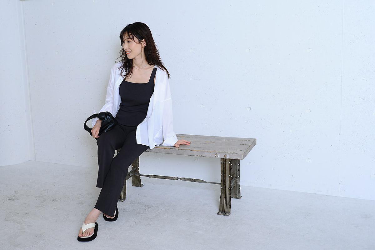 白シャツとセットアップコーデで座るモデル