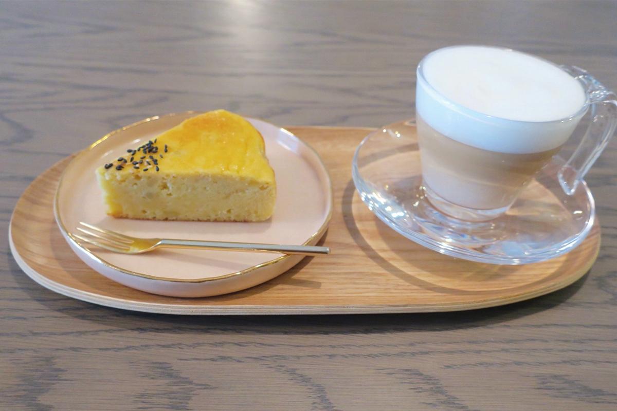 スガハラのカップに入れたカフェラテとケーキ