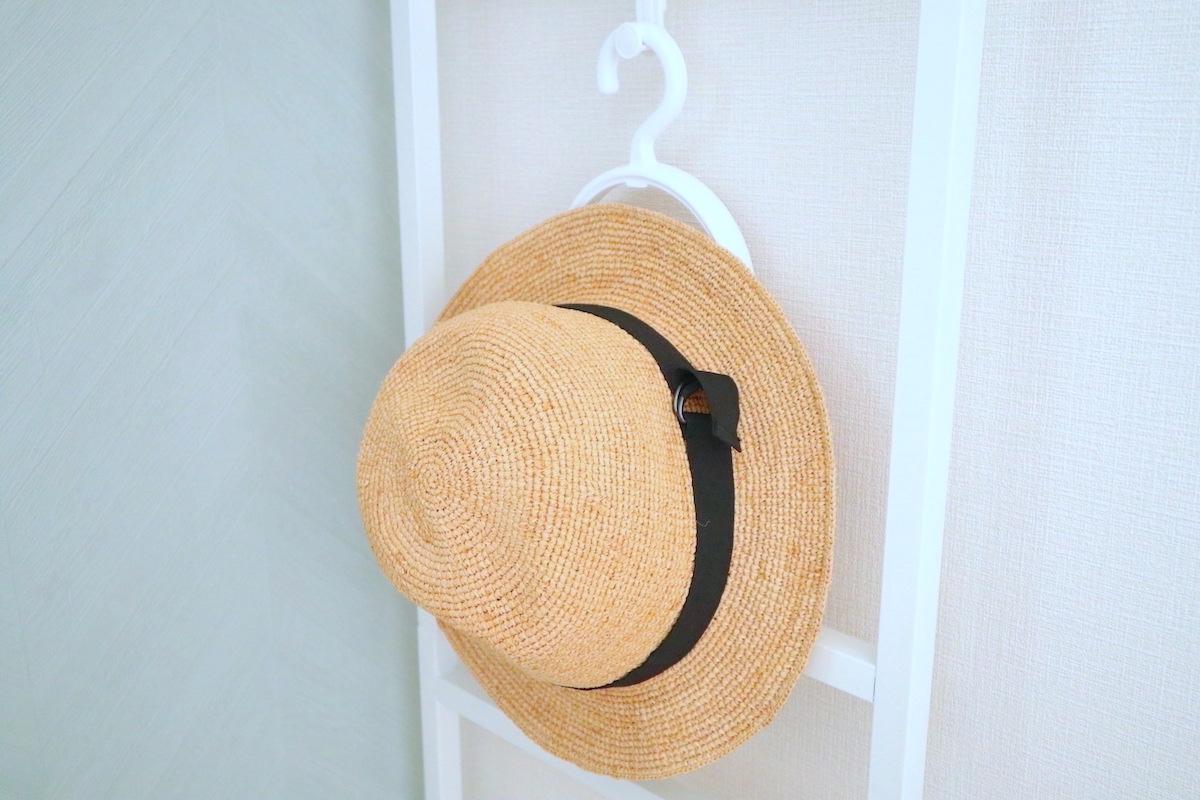 【100均】「キャンドゥ」の帽子ハンガーが便利!帽子収納アイデアも紹介