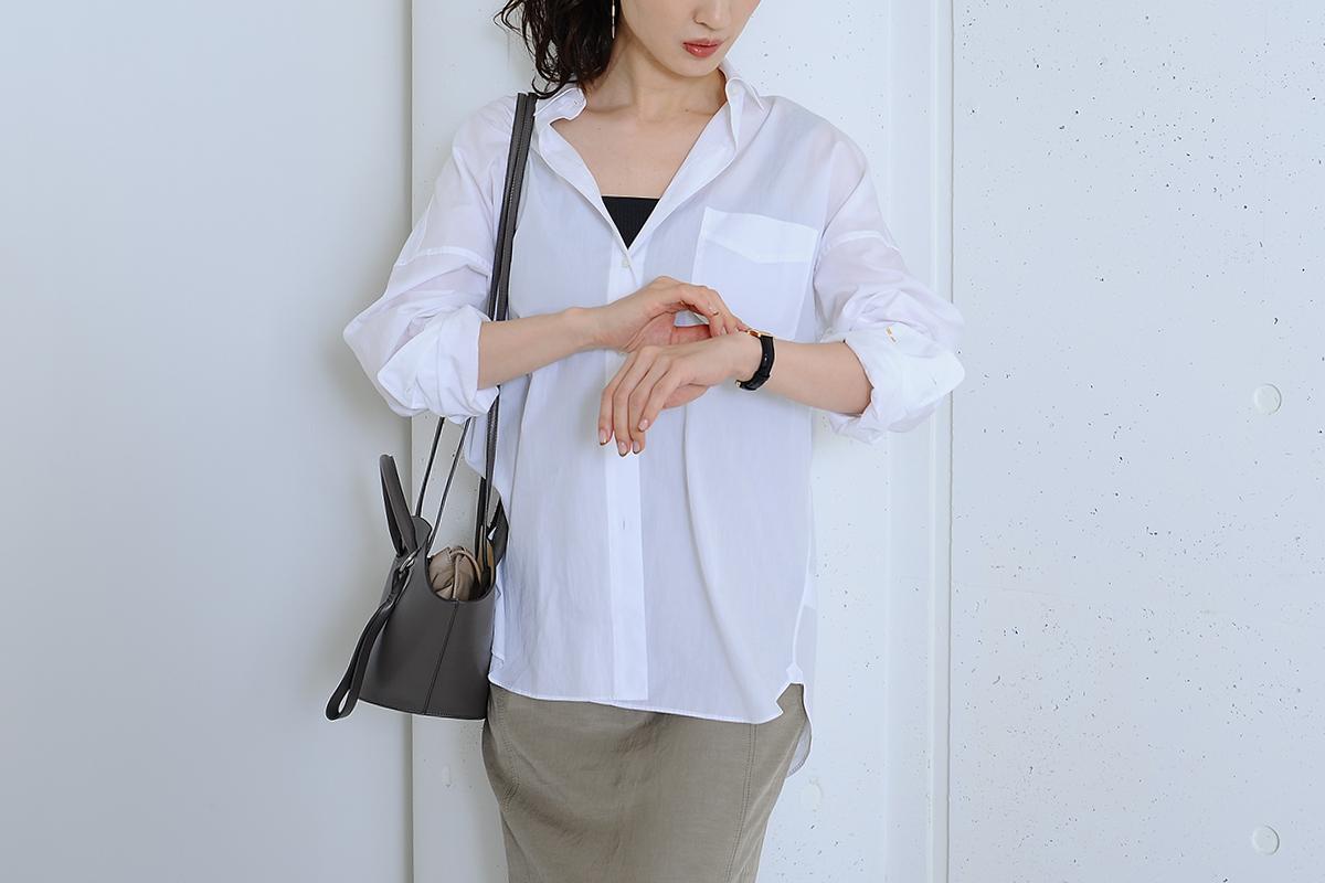 白シャツとタイトスカートアップ
