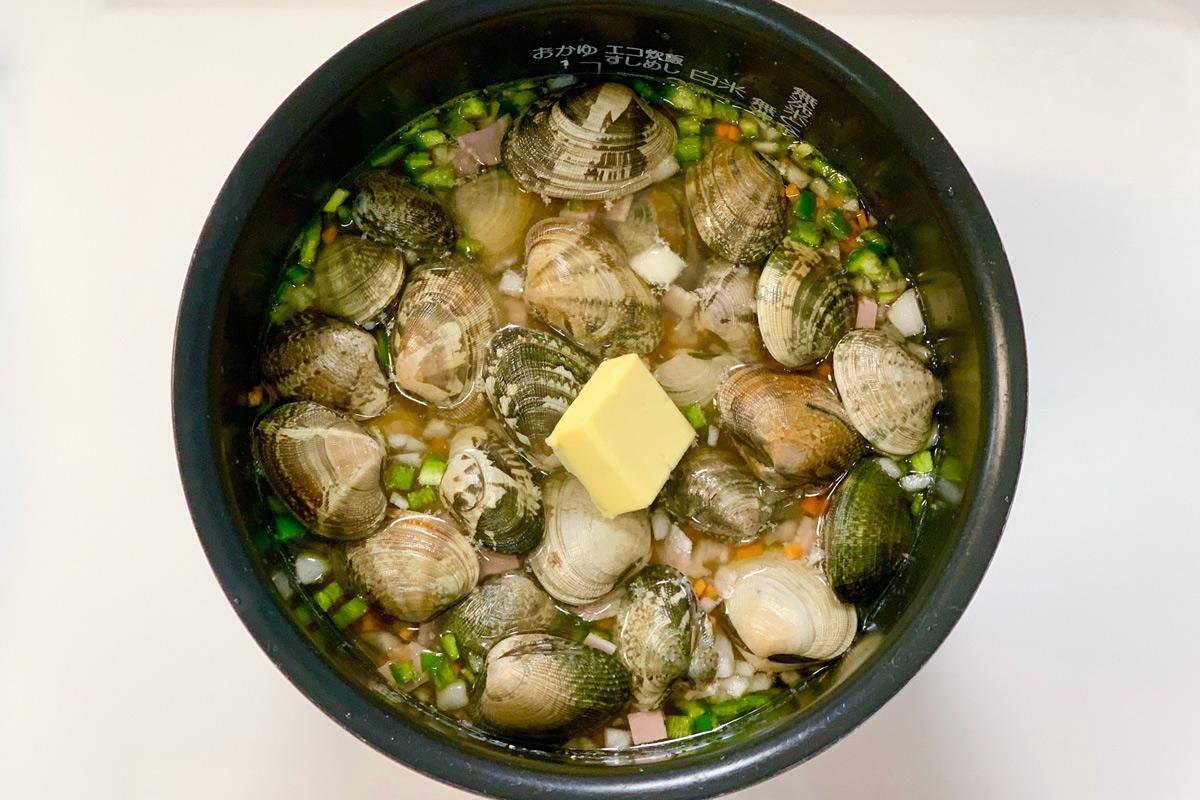 炊飯釜にお米やあさりなどの具材を乗せて炊飯する