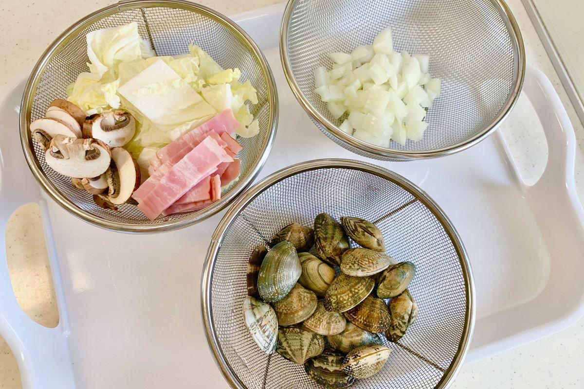 あさりと白菜の豆乳チャウダーに使う具材を切る