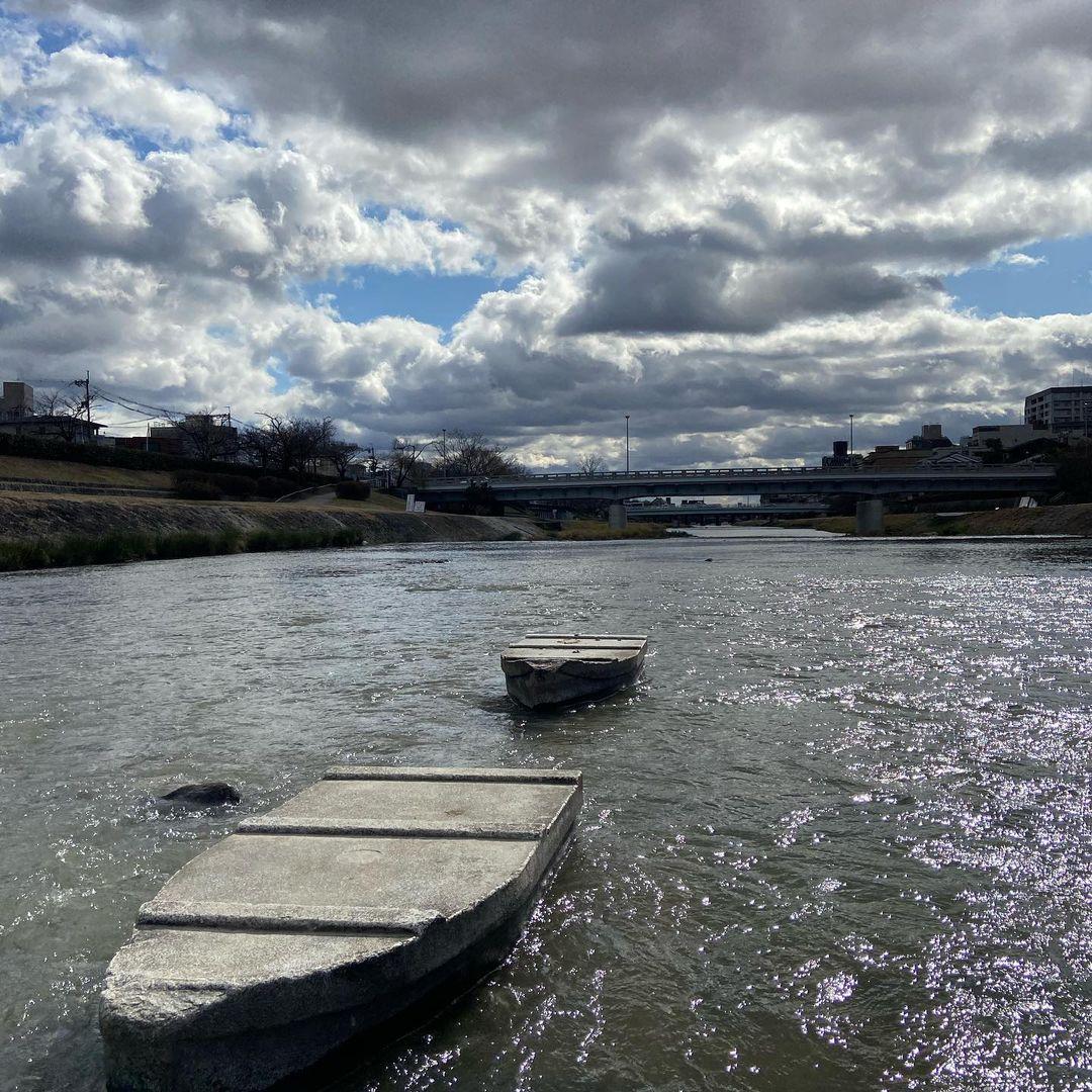 二条橋北側で見られる舟形の飛び石