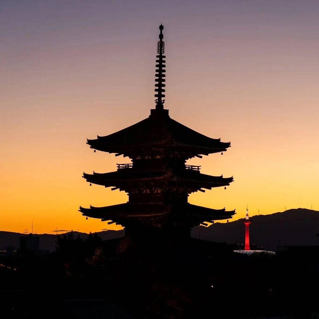 夕暮れ時の八坂の塔